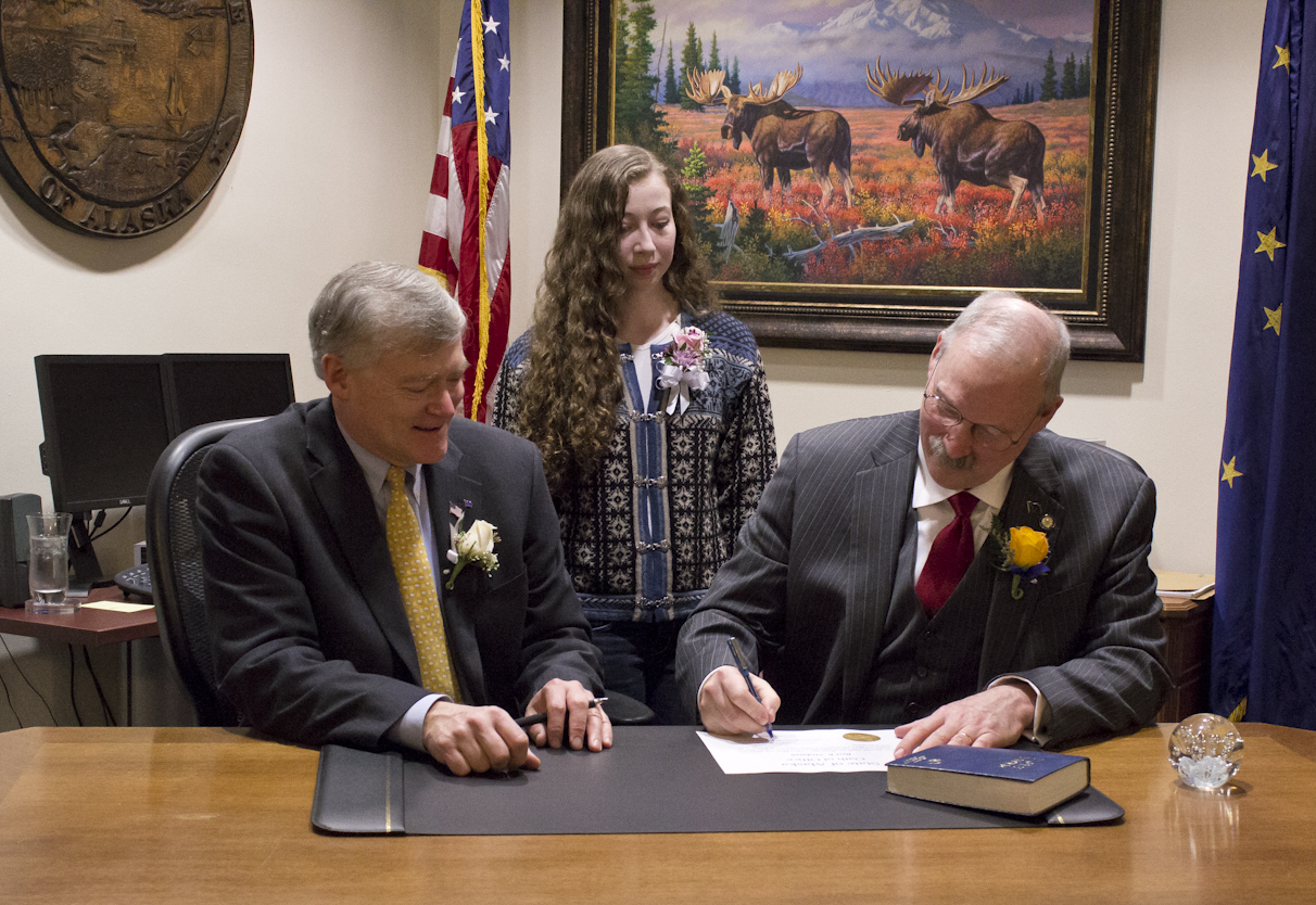 Sen. Stedman signs his oath of office with Lt. Governor Treadwell and his daughter Susie